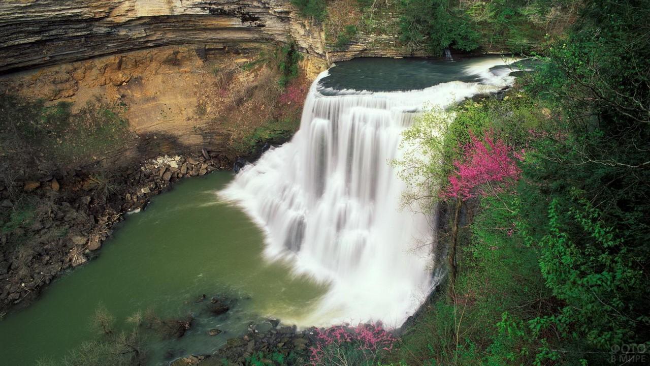 Красивый водопад в Сочи