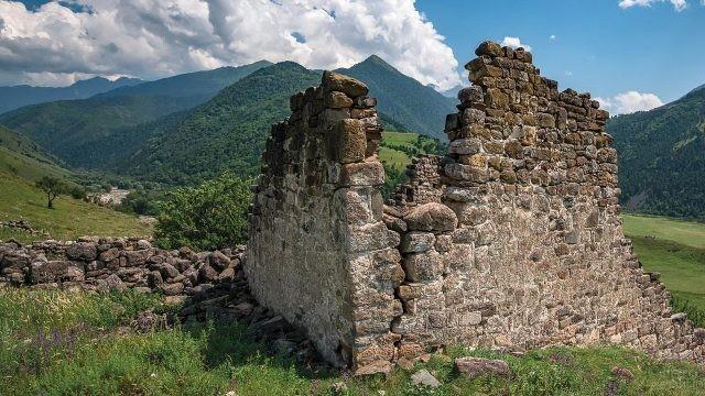 Разрушенная башня Хайрак в горах