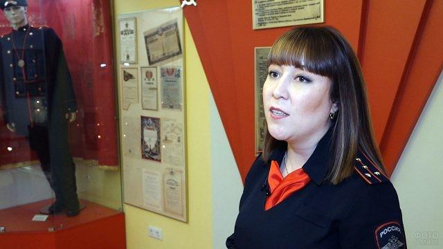 Экскурсовод в музее МВД