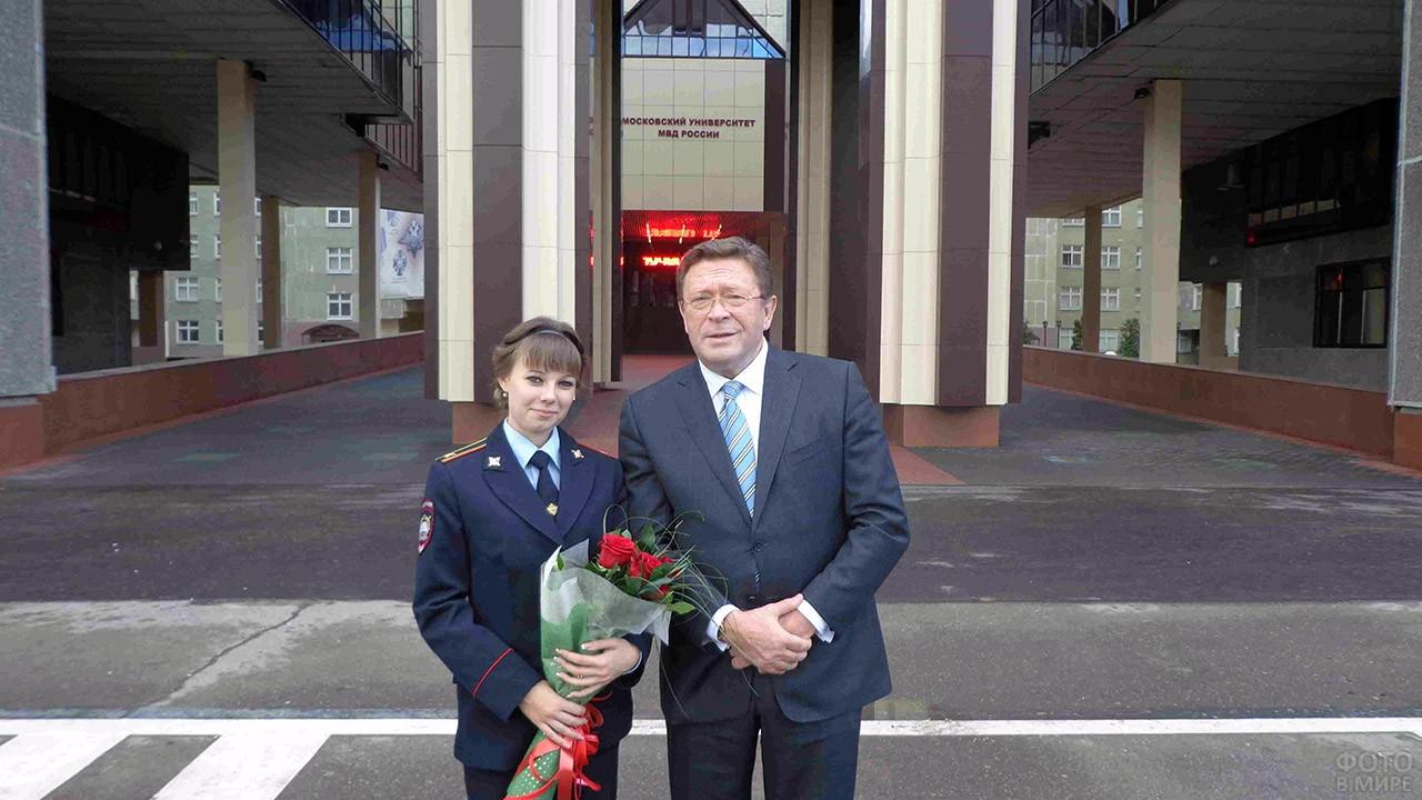 Курсантка и преподаватель у входа в Московский университет МВД