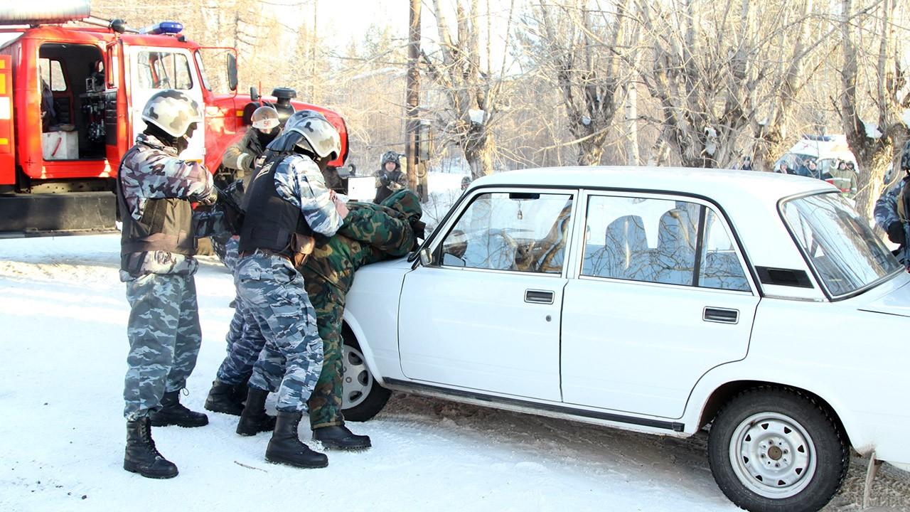 Полицейские задерживают нарушителя
