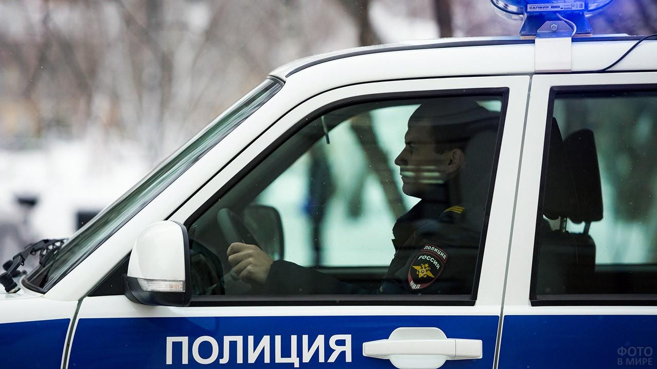 Полицейский за рулём патрульной машины