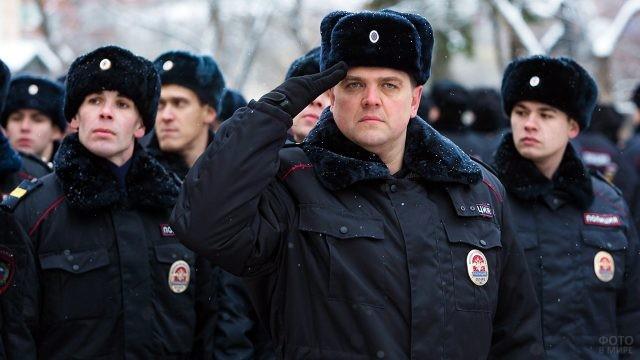 Праздничное построение полицейских