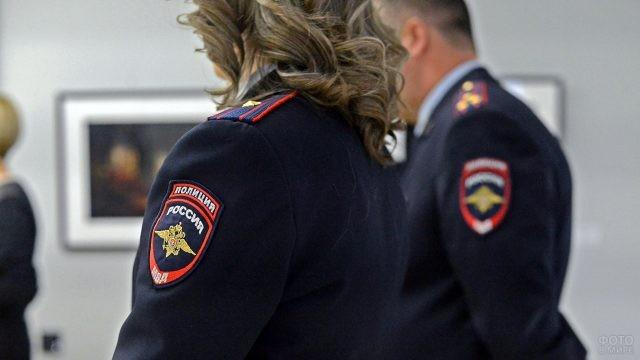 Шевроны с надписью Полиция на плечах сотрудников ОВД