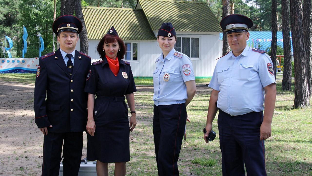Сотрудники МВД на территории детского лагеря