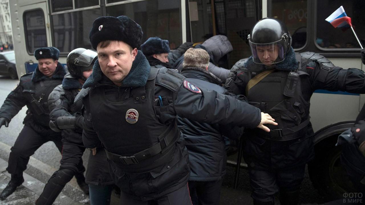 Сотрудники полиции в момент задержания митингующих