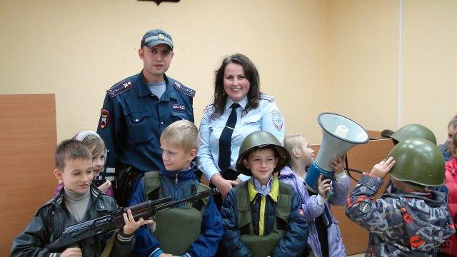 Ученики начальной школы и сотрудники ОВД в день открытых дверей