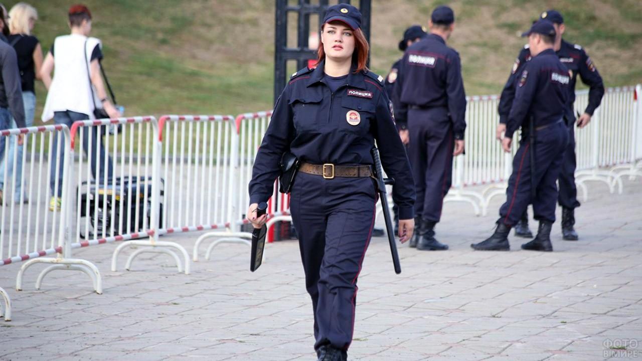 Женщина-полицейский на городском мероприятии