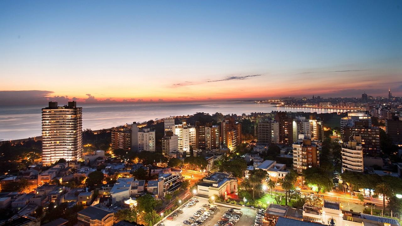Город Монтевидео в ночных огнях
