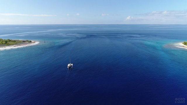 Лодка плывёт между островов