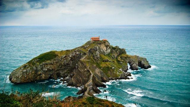Остров Гастелугаче в Испании