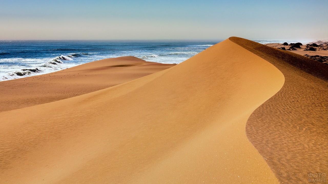 Вид на океан из-за барханов в пустыне