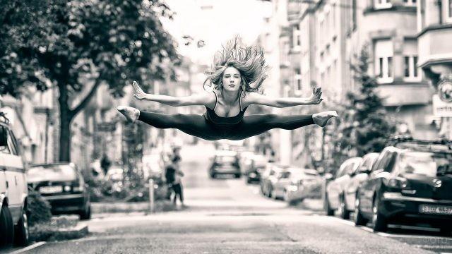 Балерина на шпагате в прыжке