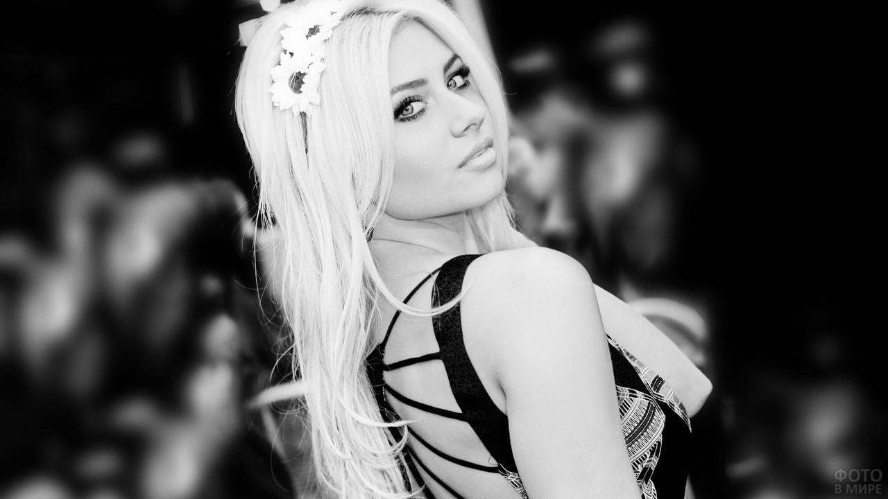 Блондинка с ромашками в волосах