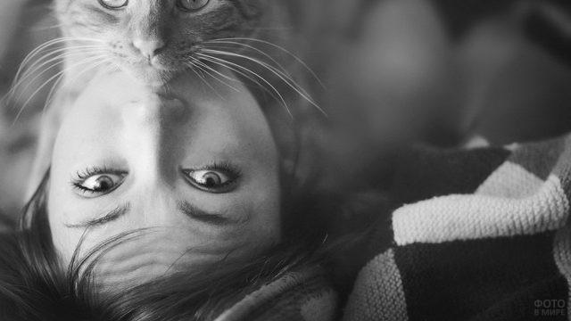 Девушка с котом на лице