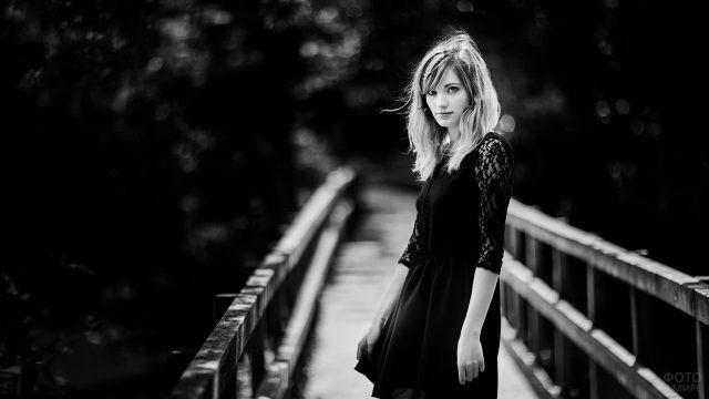 Девушка в ажурном платье на мосту