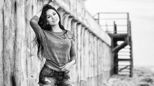 Девушка возле бетонного строения