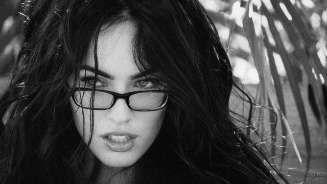 Меган Фокс в очках на фоне пальм