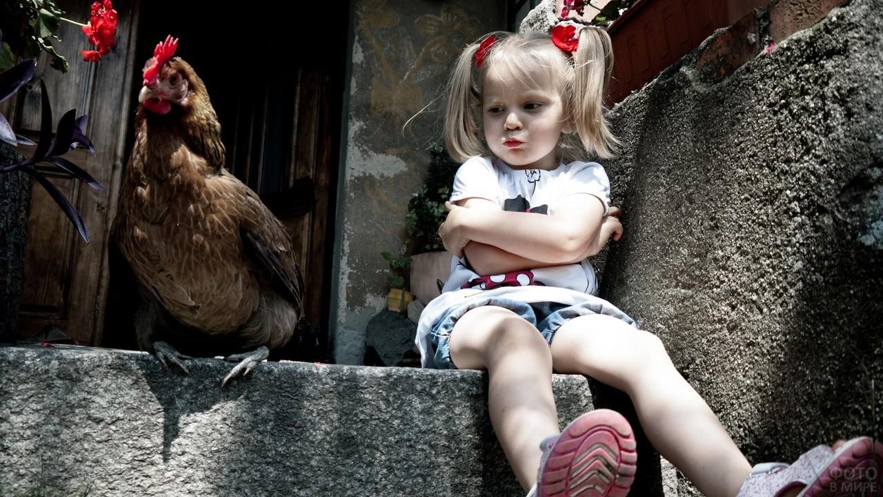 Девочка обиделась на курицу