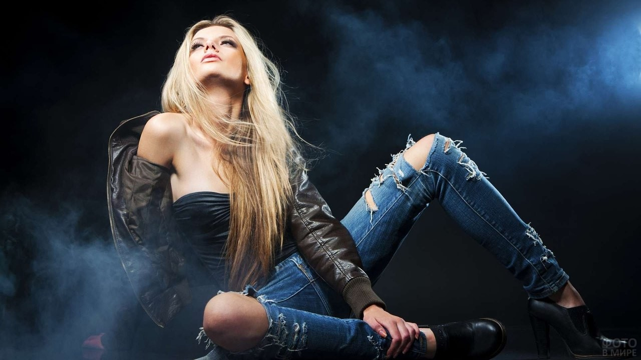 Блондинка с разорванными коленками смотрит вверх