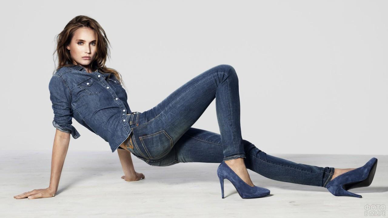 Девушка позирует в джинсах