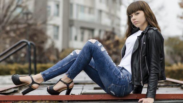 Девушка в джинсах и кожаной курточке