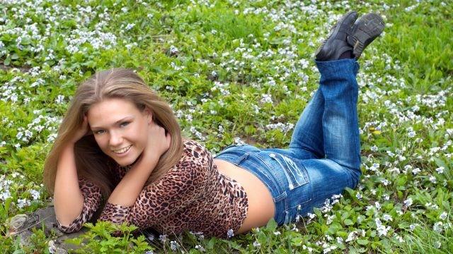Юная шатенка на траве