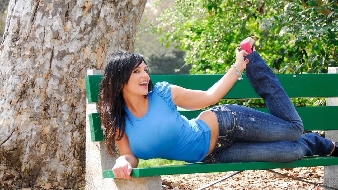 Улыбающаяся девушка на скамейке