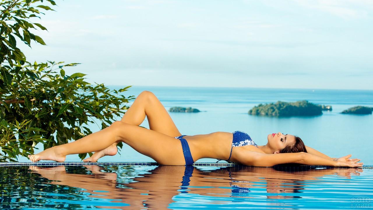 Девушка в купальнике в бассейне