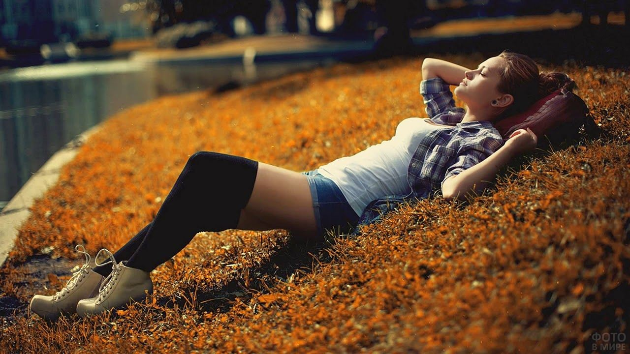 Девушка в осеннем парке у воды
