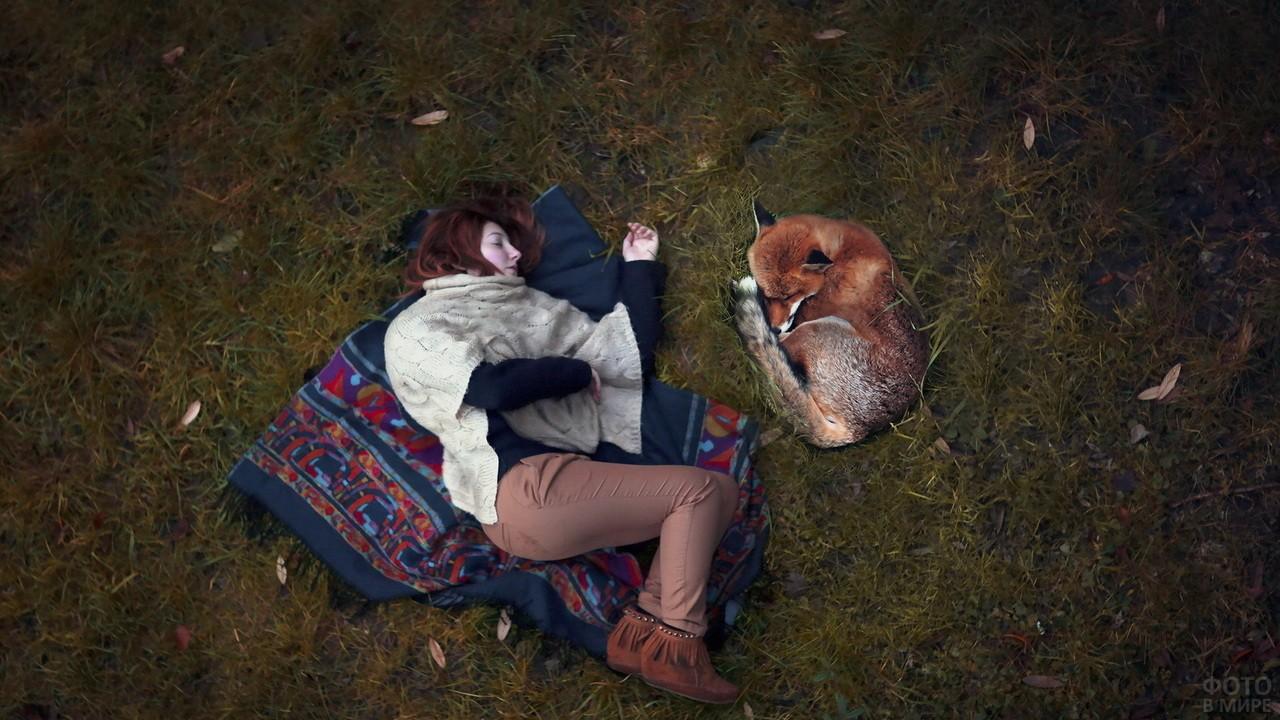 Рыжая девочка спит рядом с лисой