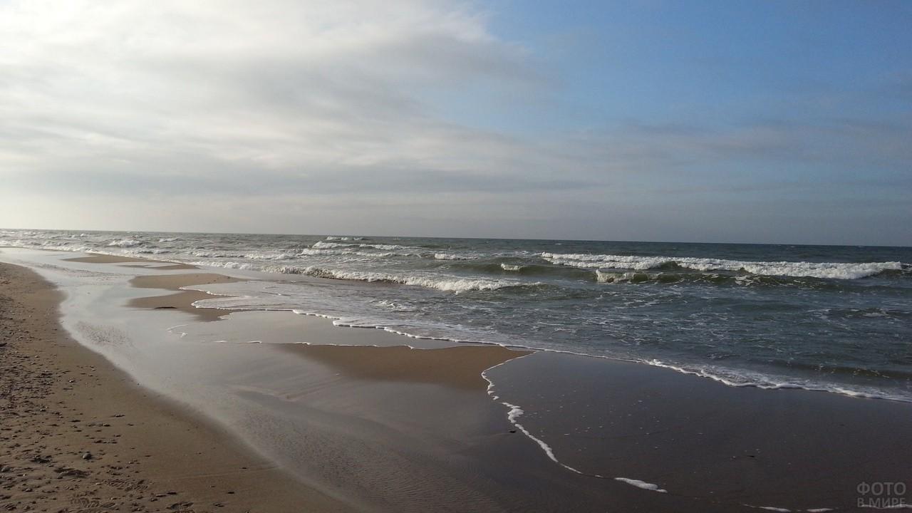Морские волны бьются о берег