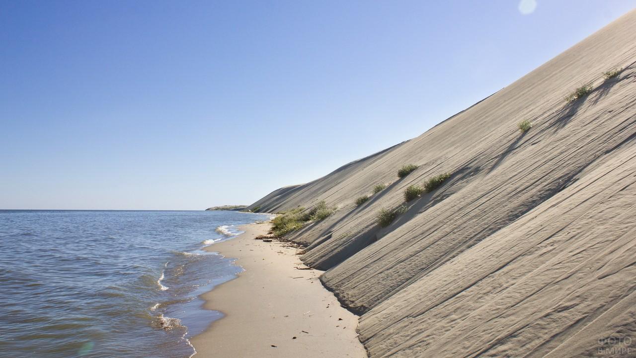 Песчаная насыпь у берега моря