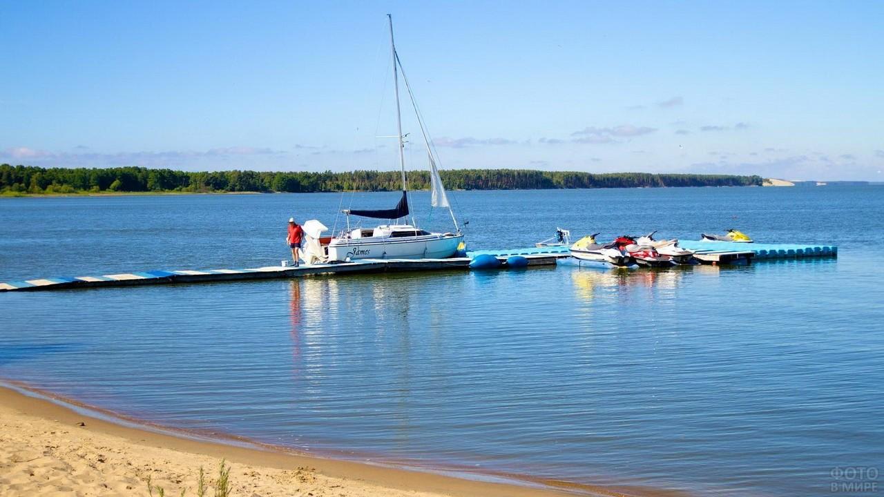 Самодельный причал с лодкой в море