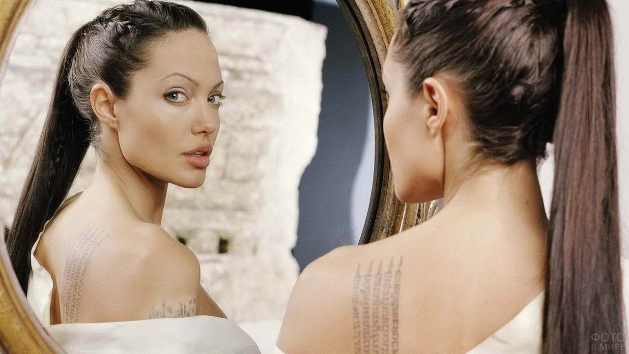 Анжелина Джоли смотрит в зеркало