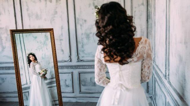 Брюнетка в свадебном платье