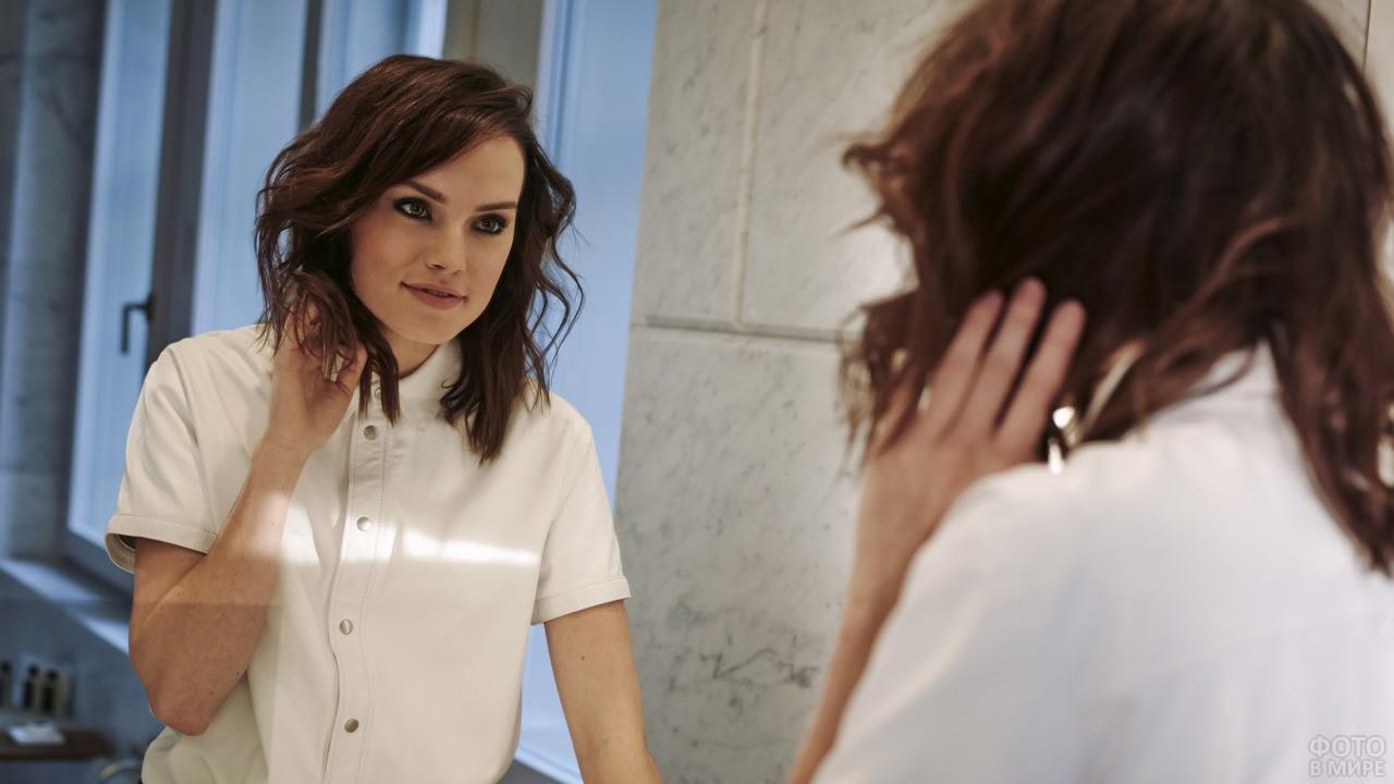 Дейзи Ридли в белой блузке