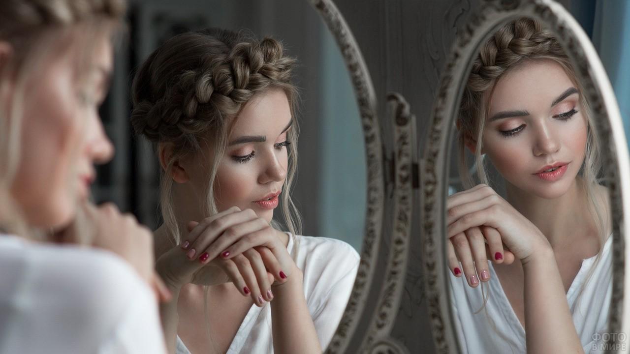 Девушка отражается в двух зеркалах