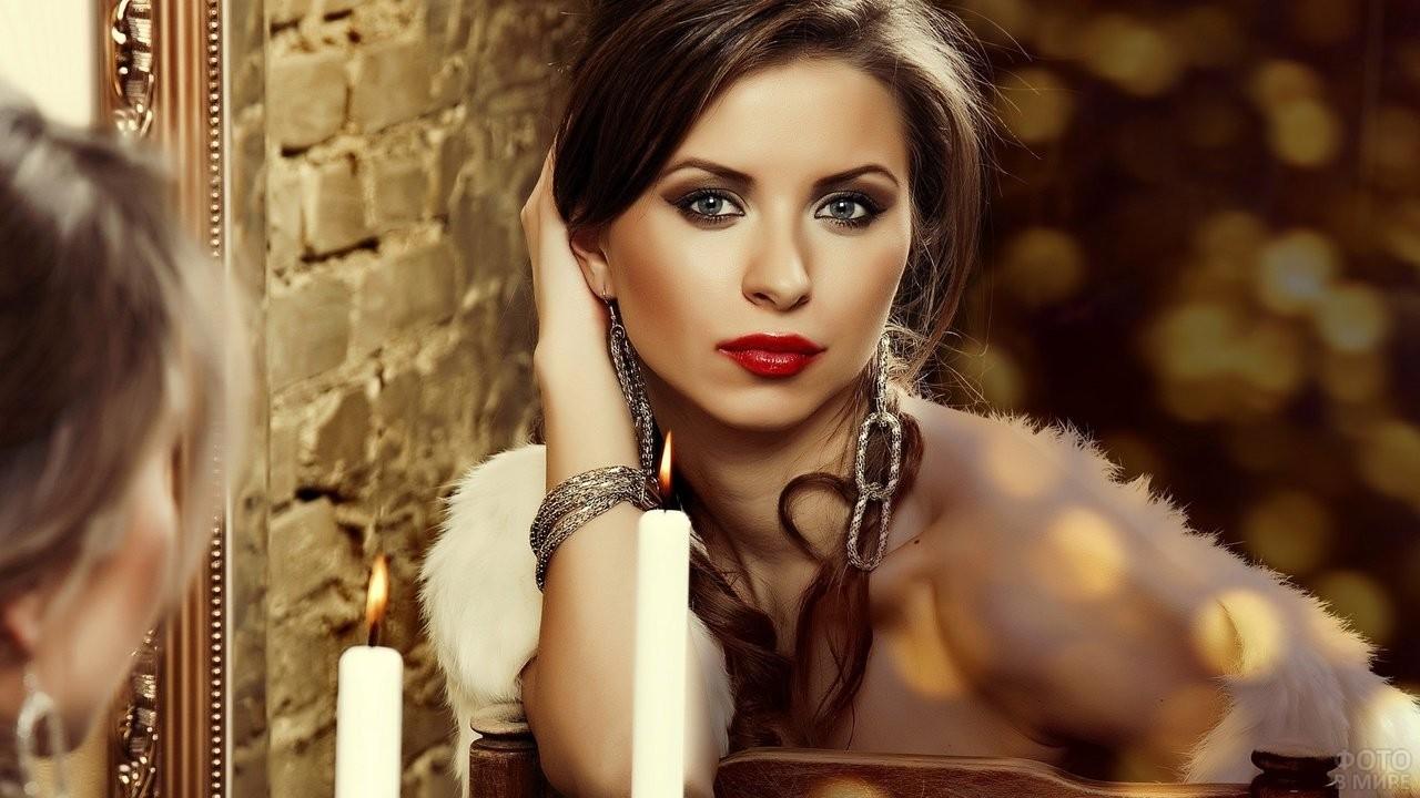 Девушка с белым мехом смотрит в зеркало