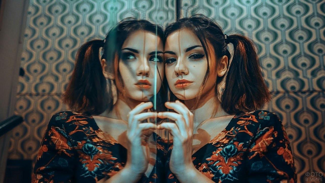 Девушка с хвостиками прислонилась к зеркалу
