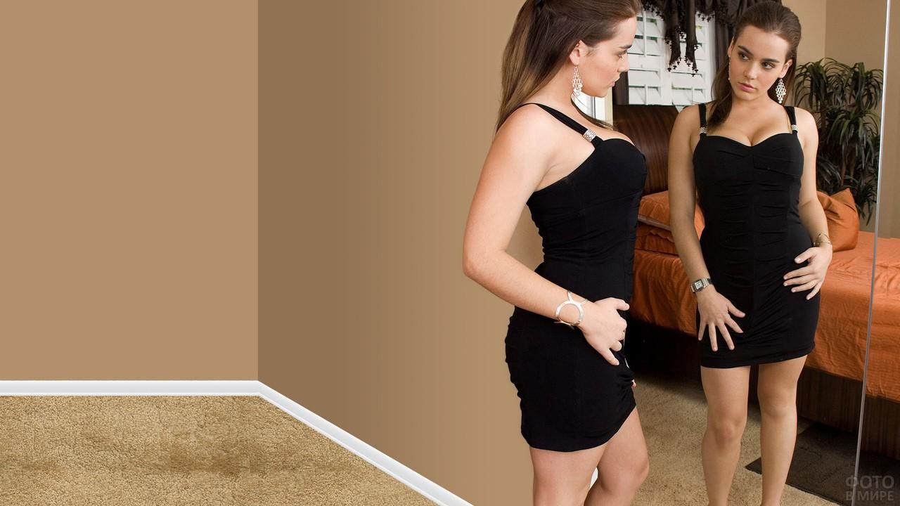 Девушка в чёрном мини-платье