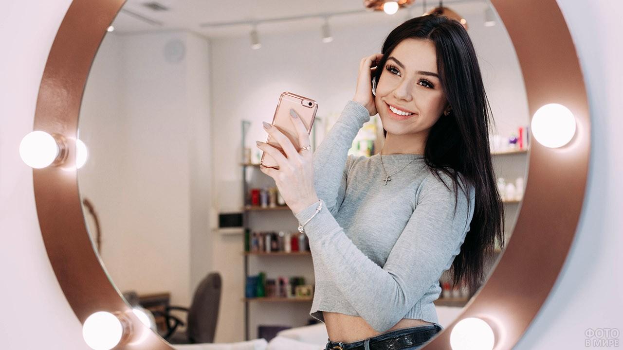 Девушка в зеркале с лампами