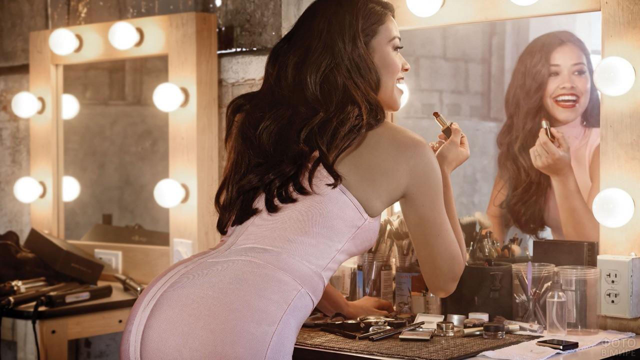 Гримёрное зеркало с девушкой