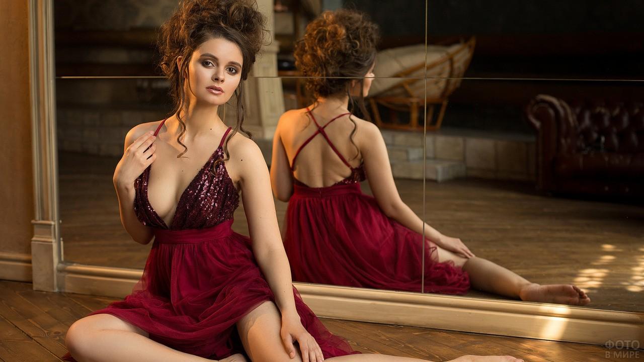 Юлия Лиепа в красном платье сидит с босыми ногами