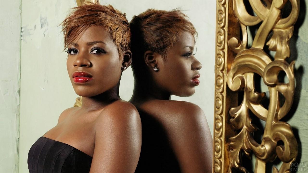 Отражение негритянки в зеркале
