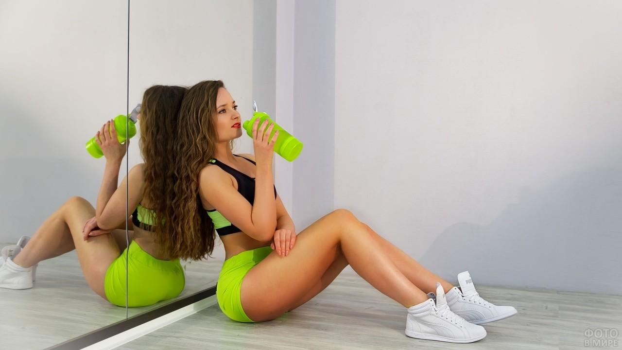 Спортивная девушка пьёт воду