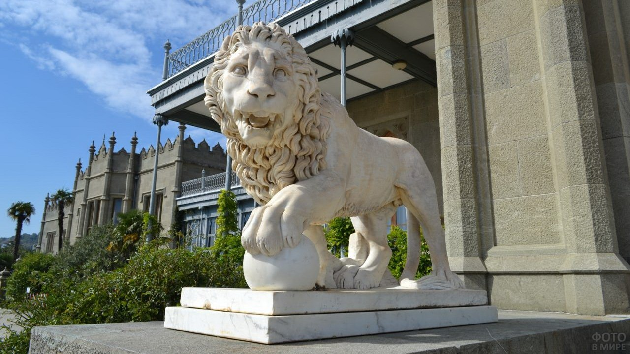 Фигура льва на входе