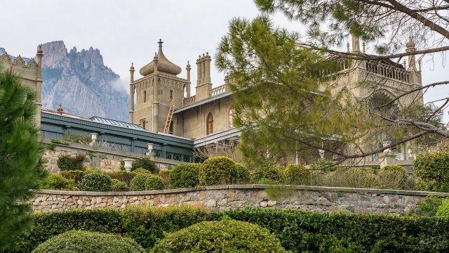 Гора Ай-Петри виднеется из-за замка