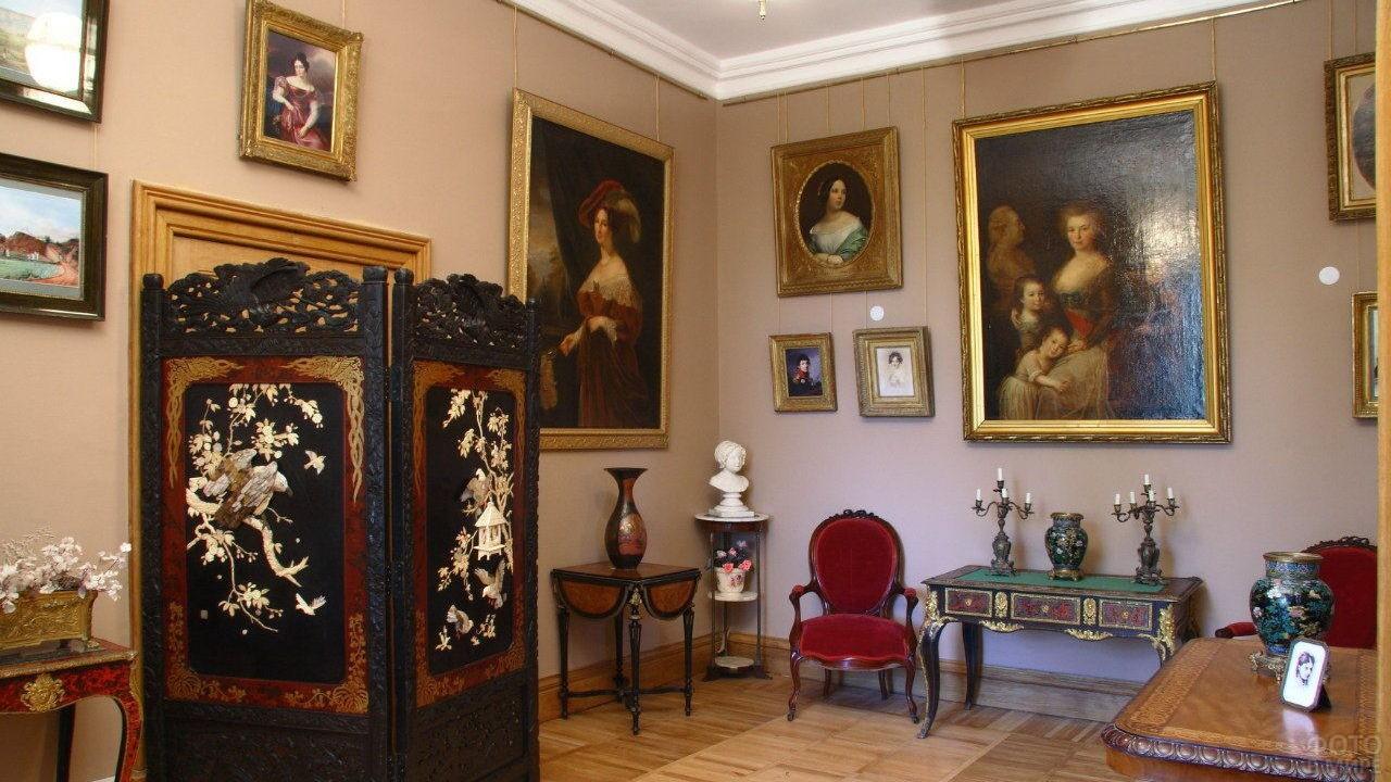 Картины в комнате графини