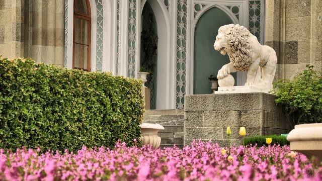 Лев на входе у дворца